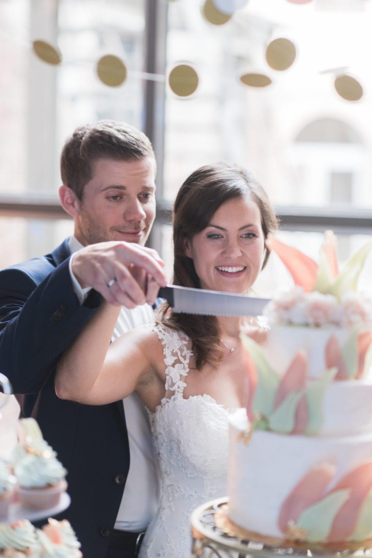 Brushstroke Hochzeit Hochzeitstorte anschneiden