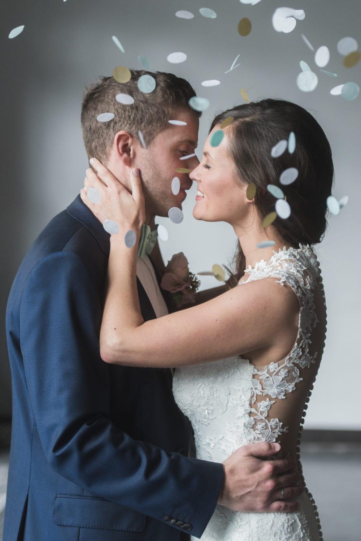 Brushstroke Hochzeit Braut und Bräutigam Kuss